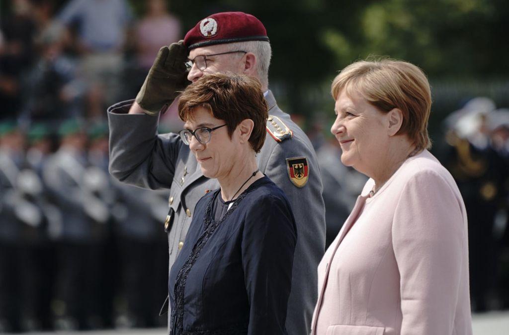 Bundesverteidigungsministerin Annegret Kramp-Karrenbauer (links) neben Bundeskanzlerin Angela Merkel (beide CDU), beim Gelöbnis im Bendlerblock. Foto: dpa/Michael Kappeler