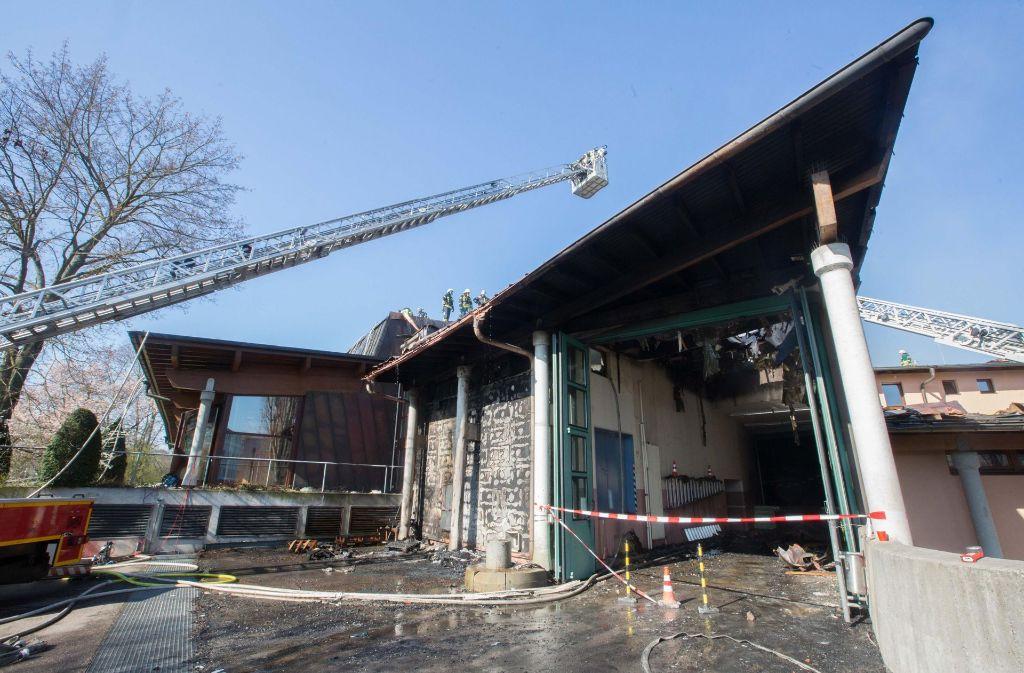 Die Löscharbeiten beim Brand im Waiblinger Bürgerzentrum gestalteten sich als schwierig. Foto: 7aktuell.de/Sven Adomat