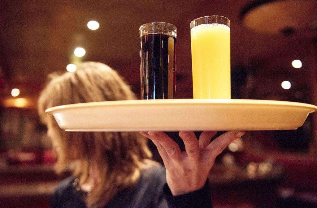 Die Gastronomie zählt zu den Branchen mit relativ vielen Überstunden. Beschäftigte leisten im Schnitt 4,1 Überstunden pro Woche. Foto: dpa