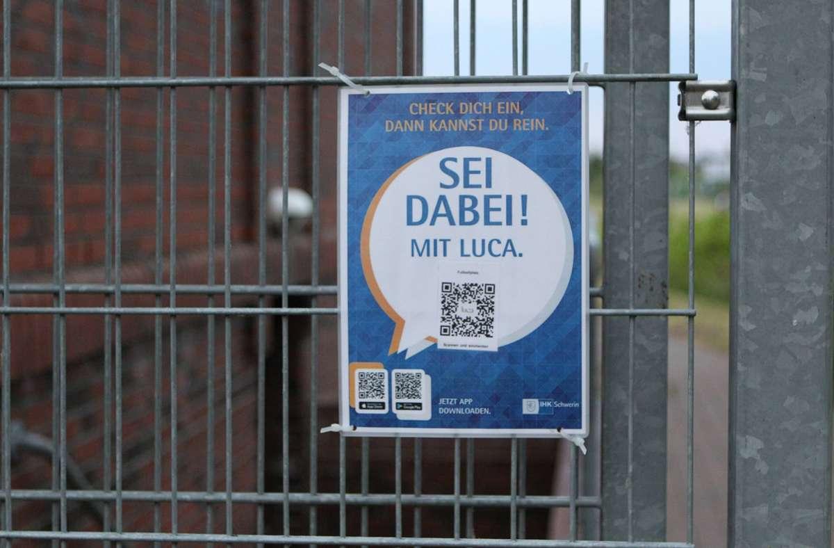An vielen Orten können sich Gäste mit der Luca App einchecken. (Symbolbild) Foto: imago images/Hanno Bode