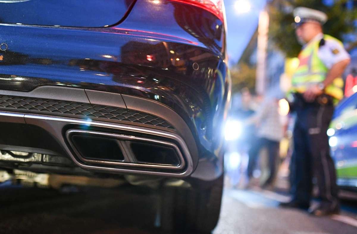 Nach Polizeiangaben wurden auch etliche Verkehrsverstöße geahndet (Symbolbild). Foto: dpa/Uwe Anspach