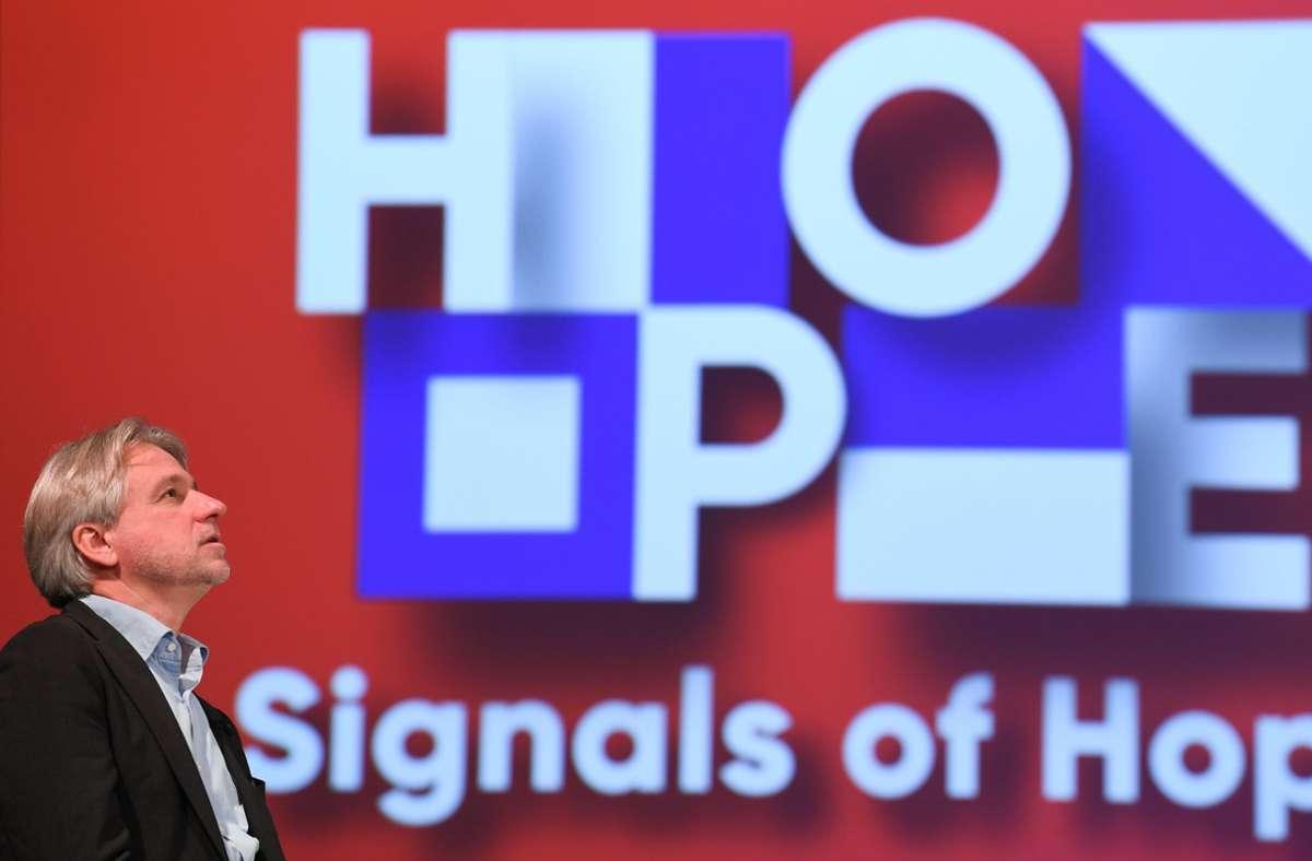 """Blickt Juergen Boos, Direktor der Frankfurter Buchmesse, da etwa skeptisch  auf die LED-Wand mit dem  Buchmessen-Motto """"Signals of Hope""""? Nein, wirkt nur so: Er bleibt zuversichtlich. Foto: dpa/Arne Dedert"""