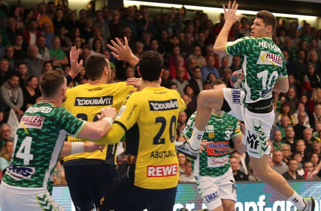 Sebastian Heymann hebt ab und wuchtet den Ball ins Tor: Der Rückraumspieler war auch beim Duell mit den Rhein-Neckar Löwen mit fünf Treffer bester Frisch-Auf-Werfer. Foto: Baumann