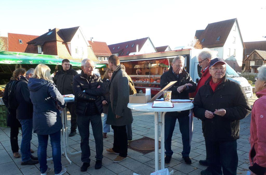 Mehrere Renninger Ratsfraktionen sammeln gemeinsam mit der Bürgerinitiative Unterschriften auf dem Marktplatz. Foto: Norman Polensky