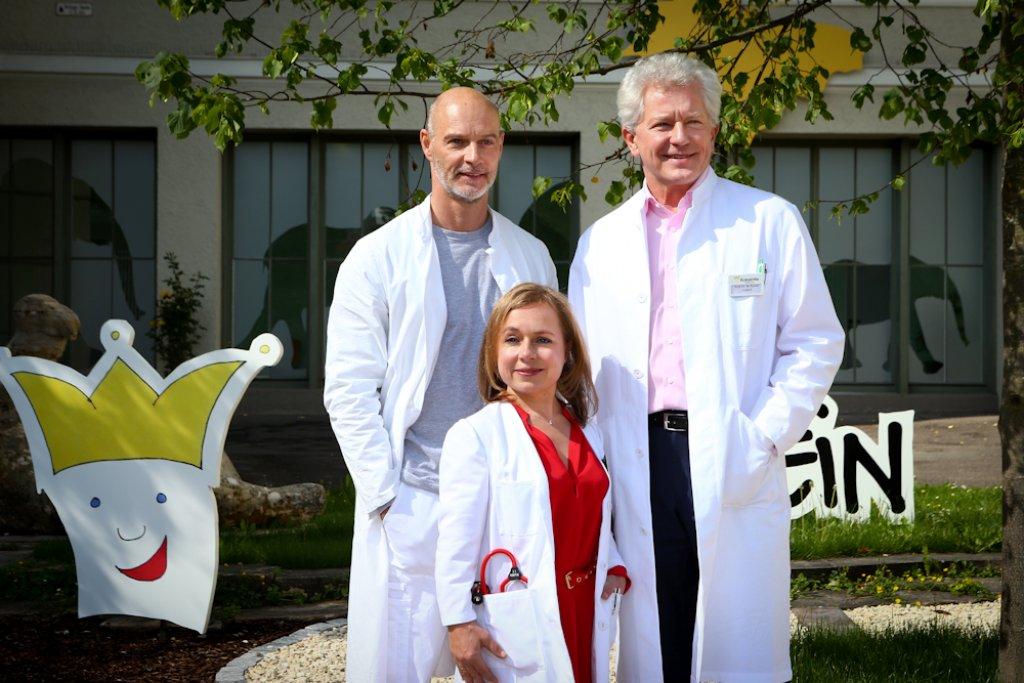 Die Schauspieler Simon Licht, Christine Urspruch, Miroslav Nemec (rechts) posieren für die Fotografen vor dem Bürgerhospital Stuttgart. Foto: Benjamin Beytekin