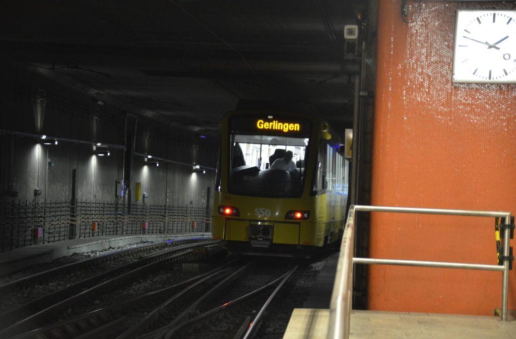 Großaufgebot am Hauptbahnhof: Eine Stadtbahn blieb defekt im Tunnel liegen. Foto: Andreas Rosar Fotoagentur-Stuttg