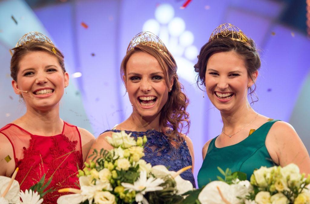 Lena Endesfelder (Mitte) ist die neue Weinkönigin. An ihrer Seite sind die Prinzessinnen Mara Walz aus Württemberg (ganz links) und Christina Schneider aus Franken. Foto: dpa