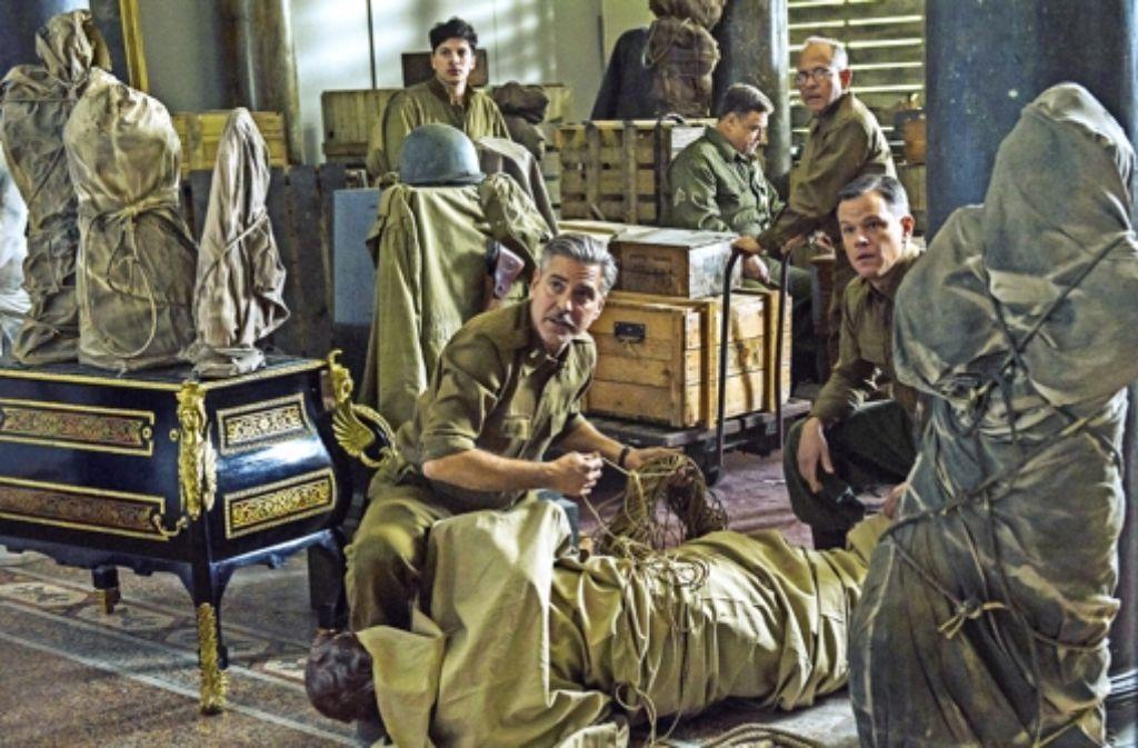 """George Clooney (vorne links) und Matt Damon (rechts) in der Verfilmung der """"Monuments Men"""", die am 20. Februar in die Kinos kommt. Foto: Twentieth Century Fox/dpa"""