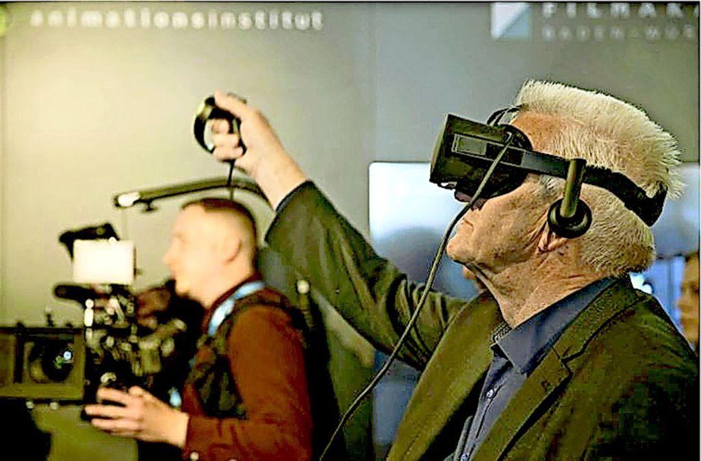 Ministerpräsident Kretschmann malt am Dienstag im haus der Wirtschaft mit einem digitalen Stift in den virtuellen Raum Foto: Lichtgut