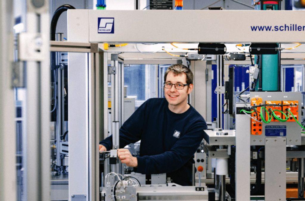 Ein Beschäftigter von Schiller arbeitet an einem Automatisierungssystem. Foto: Schiller Automation