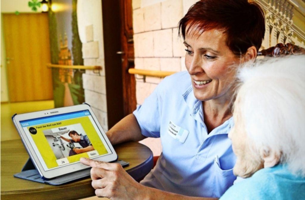 Die Rätsel sind bei den Demenzpatienten besonders gefragt: Eine Software fürs Tablet soll helfen, Erinnerungen wachzurufen. Foto: factum/Bach