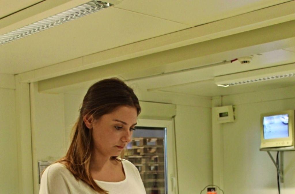 Annamaria Tikvic bei der Arbeit im Wareneingang bei Lapp Kabel. Foto: Maike Woydt