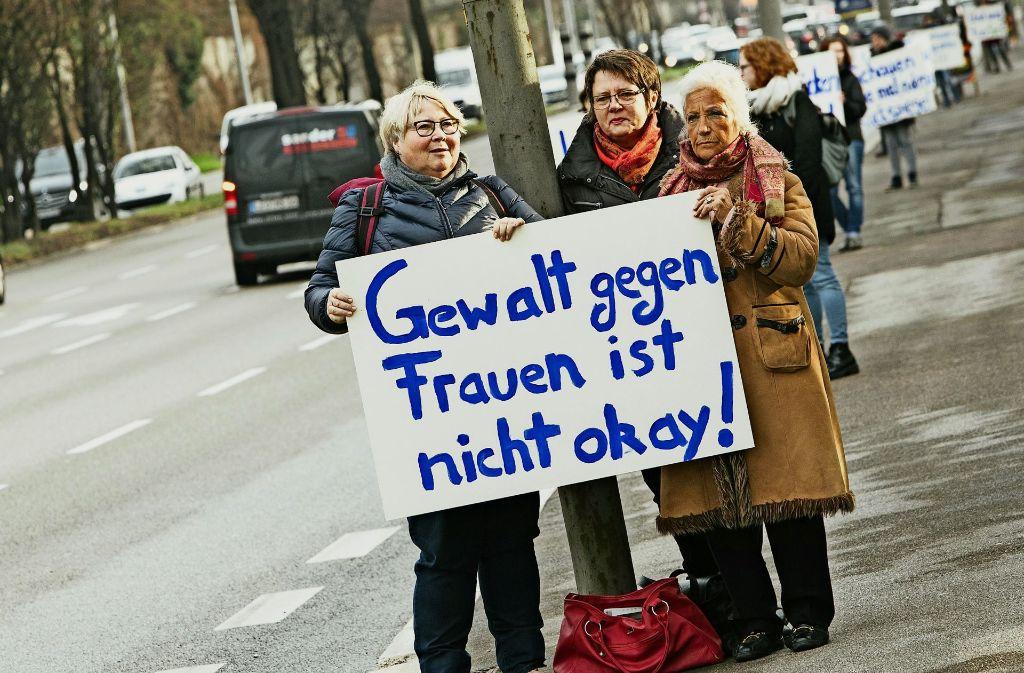Sechs Frauenorganisationen haben mit Plakaten entlang der Nürnberger Straße protestiert. Foto: Lichtgut/Verena Ecker