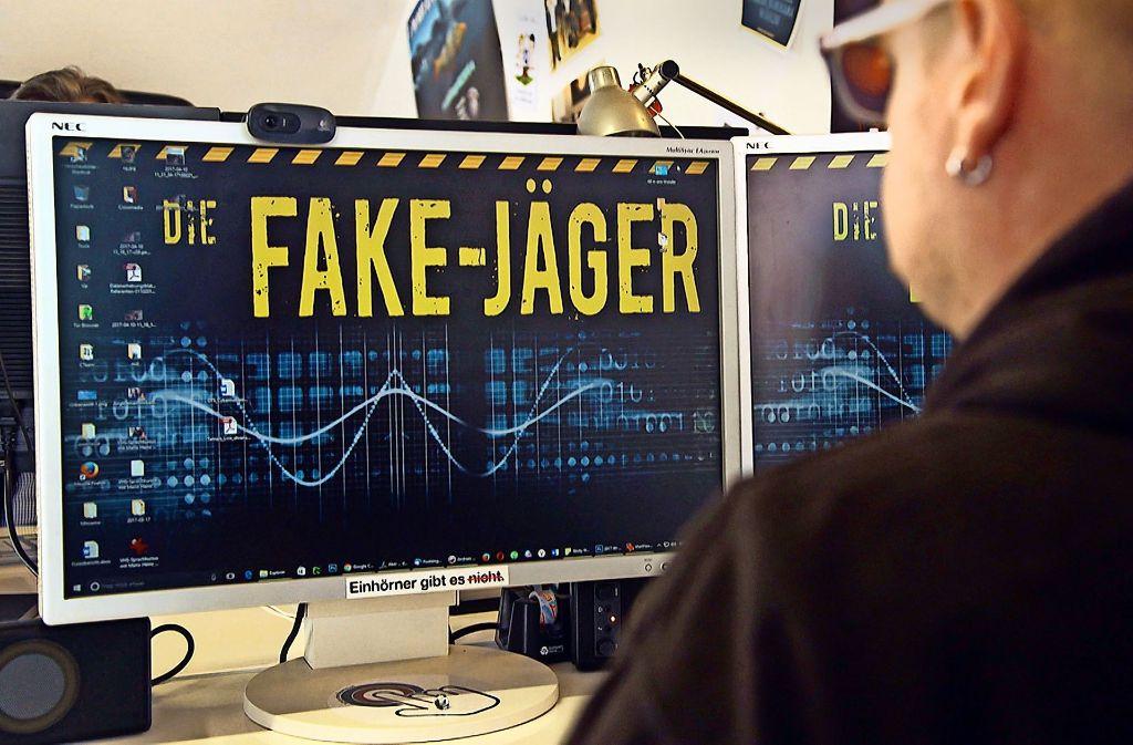 """Die Fake-Jäger des Wiener Vereins Mimikama entlarven schon seit mehreren Jahren Falschmeldungen  im Netz, wie die Doku """"Im Netz der Lügen"""" zeigt. Foto: SWR"""