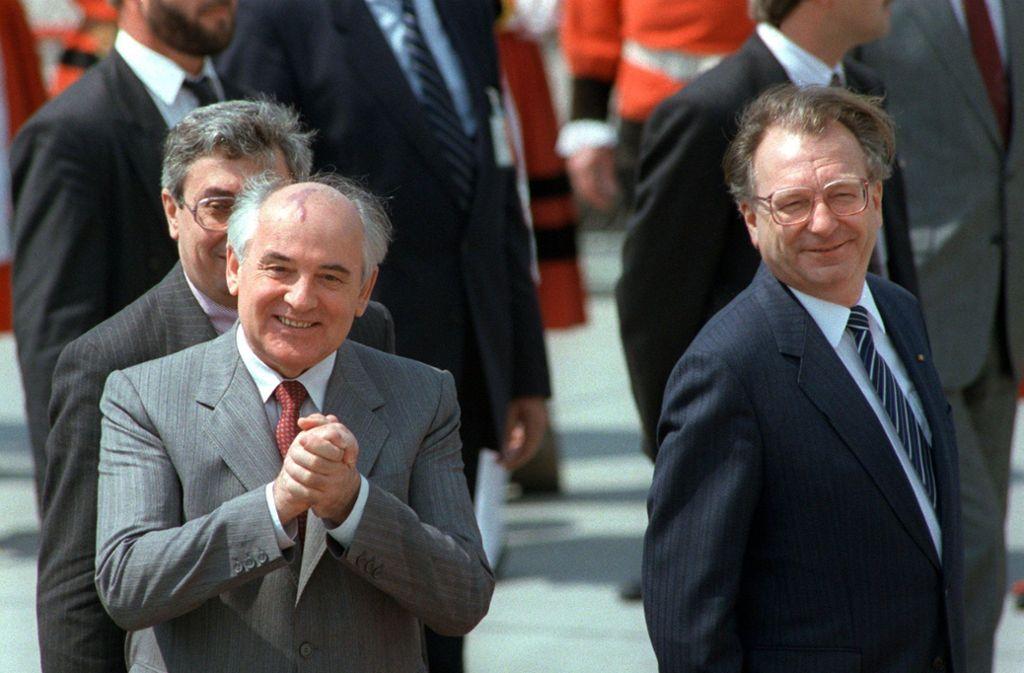 Der sowjetische Staatspräsident Gorbatschow (links) gemeinsam mit dem damaligen baden-württembergischen Ministerpräsidenten Lothar Späth. Foto: dpa