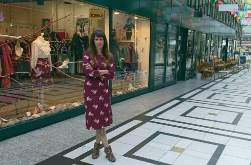 Top gekleidet von Kopf bis Schuh: Florence Shirazi vor ihrer Boutique im Fluxus. Foto: Björn Springorum