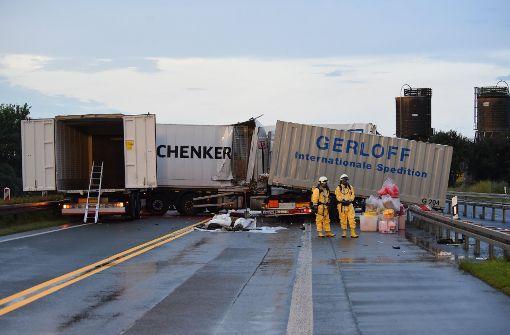 Lastwagen prallt an Stau-Ende gegen Gefahrguttransporter