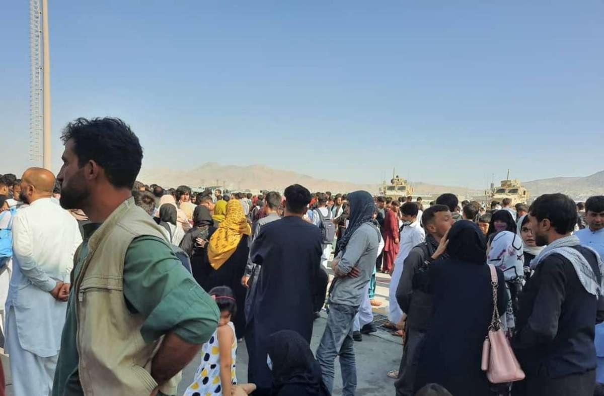 Warten am Flughafen von Kabul – viele Afghanen, die den westlichen Koalitionstruppen geholfen haben, hoffen auf eine schnelle Ausreise Foto: AFP