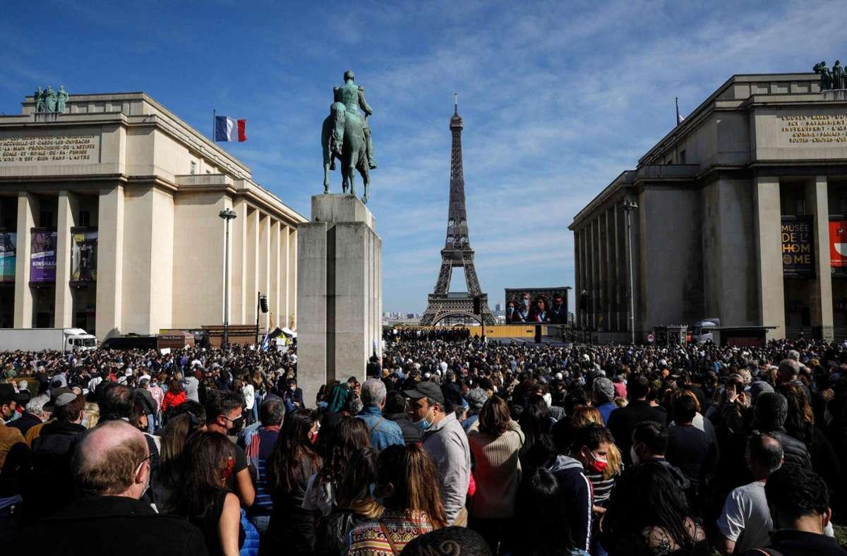Auf Abstand kann kaum geachtet werden. Eine Demonstration in Paris am Sonntag mit rund 20000 Menschen. Die Vorsicht der Franzosen nimmt zunehmend ab. Foto: AFP/GEOFFROY VAN DER HASSELT