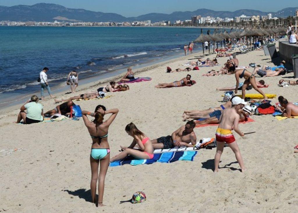 Die Strände von Mallorca sind ein begehrtes Urlaubsziel. Doch wer seine Pauschalreise umbuchen muss,  zahlt noch immer hohe Gebühren. Foto: dpa