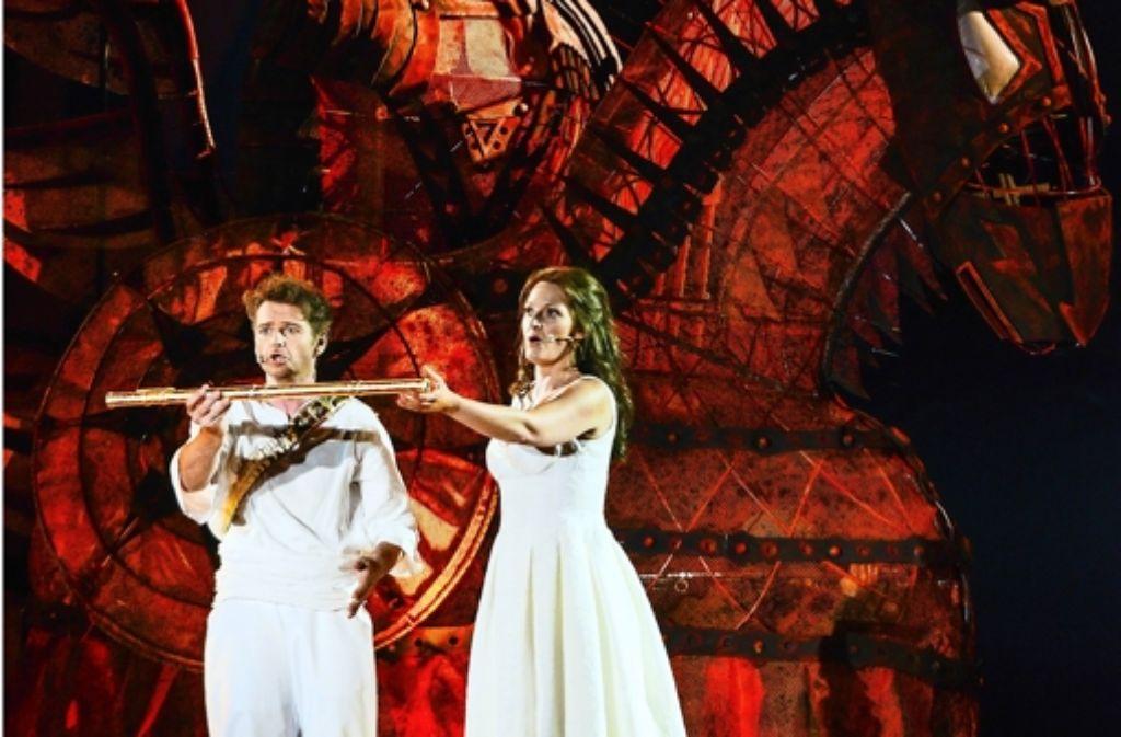 """Spektakuläre Bilder: auf der Bregenzer Seebühne wird die """"Zauberflöte"""" aufgeführt. Foto: dpa"""