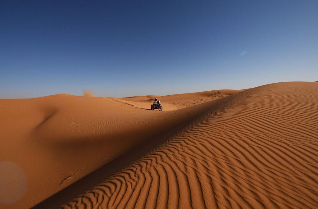 Einsamkeit hat viele Namen – doch einen nur für den mutigen Zweirad-Reiter inmitten der Wüste. Foto: AFP/Franck Fife