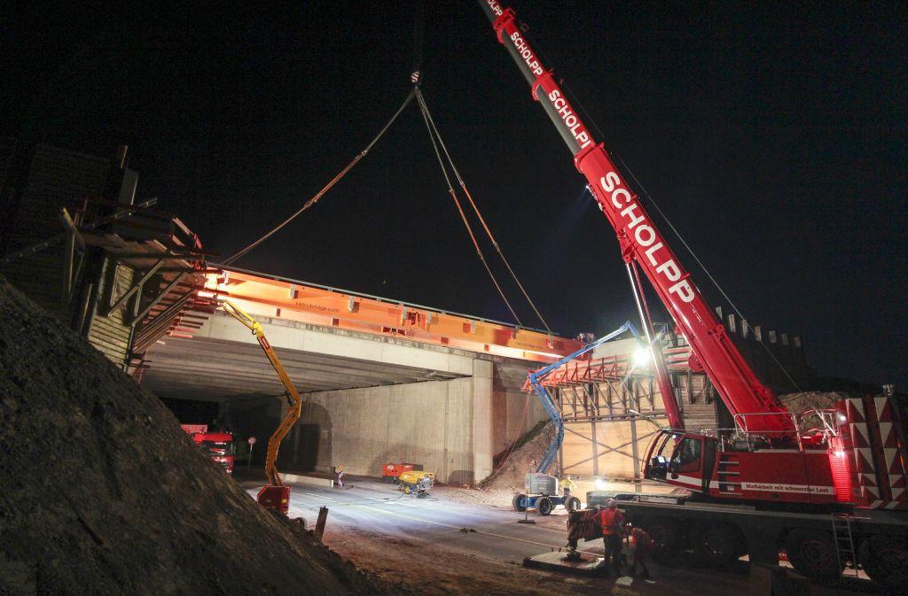 Im September 2016 wurde die Behelfsbrücke für die A8 über die Straße Büsnau-Magstadt gesetzt, über die jetzt der Verkehr in Richtung München läuft. Die Brücke Richtung München wird am Wochenende abgerissen. Foto: factum/Granville