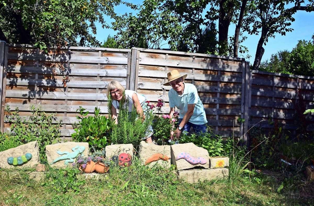 Zwischen den Hochbeeten und dem Kräutergarten genießen Brigitta Reiner und Peter Wirth das Grün – und nicht nur sie. Foto: Philipp Braitinger