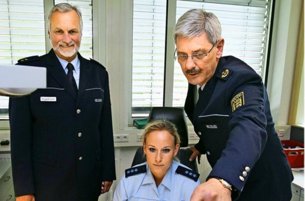 Der Polizeipräsident Franz Lutz (rechts) lässt sich von Revierleiter Thomas Engelhardt (links) das neue Revier 6 an der Martin-Luther-Straße zeigen. Foto: Horst Rudel