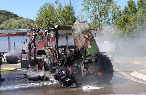 Traktorgespann fängt Feuer – Gaffer gefährden Verkehr