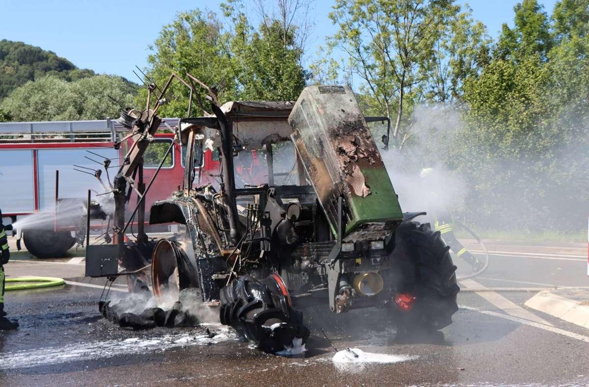 Das Traktorgespann fing in Süßen Feuer. Foto: 7aktuell.de/ Bernd Fausel