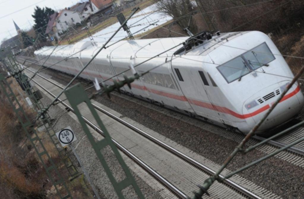 Zwei Gleise reichen für den zunehmenden Bahnverkehr im Rheintal bald nicht mehr aus. Foto: dpa