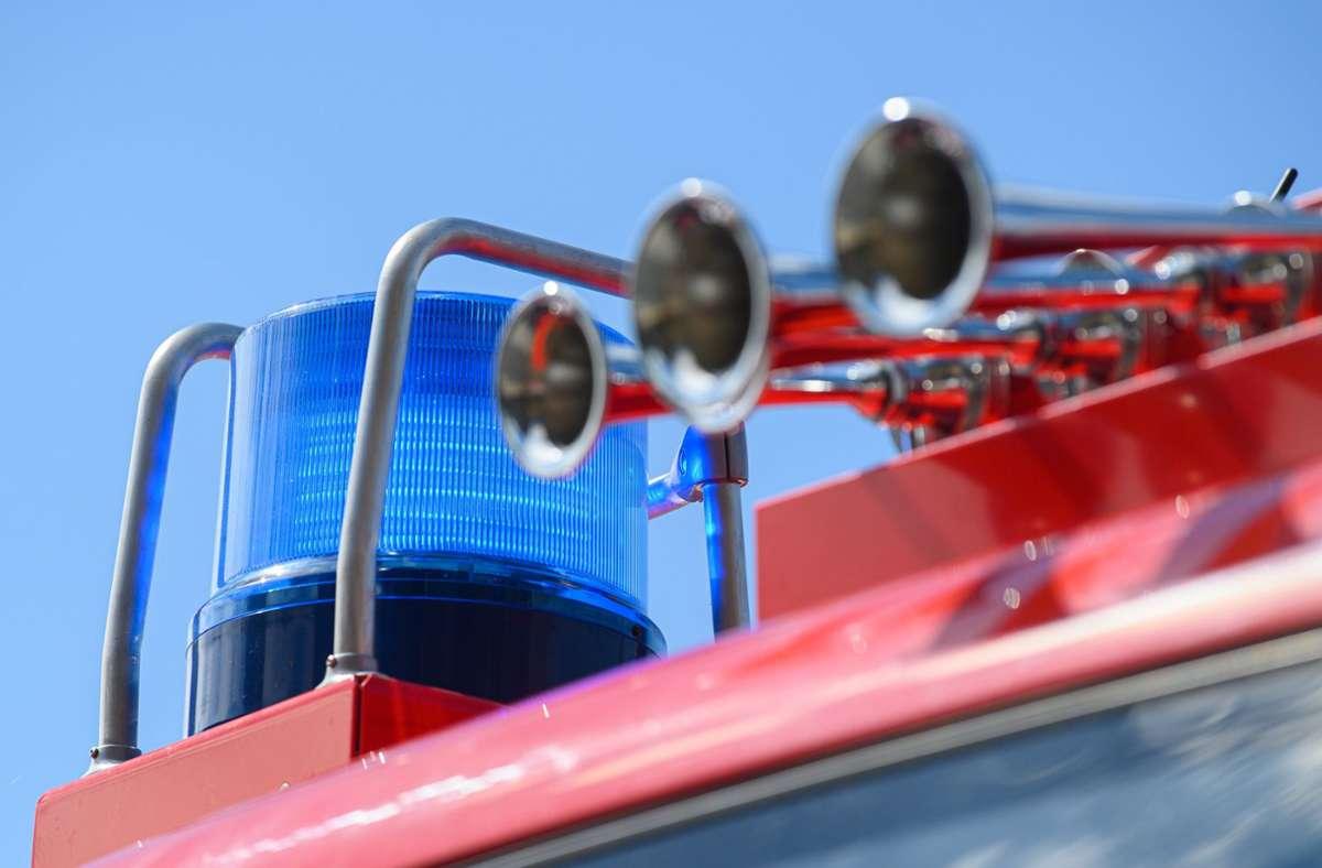 Die Feuerwehr konnte den Brand des Baggers löschen. (Symbolbild) Foto: dpa/Robert Michael