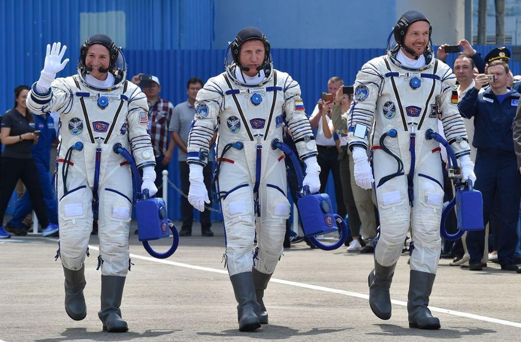 Mit seinen Kollegen ist der deutsche Astronaut Alexander Gerst (rechts) am Mittwochvormittag auf dem Weg zum Raumfahrzeug Soyuz MS-09. Foto: AP