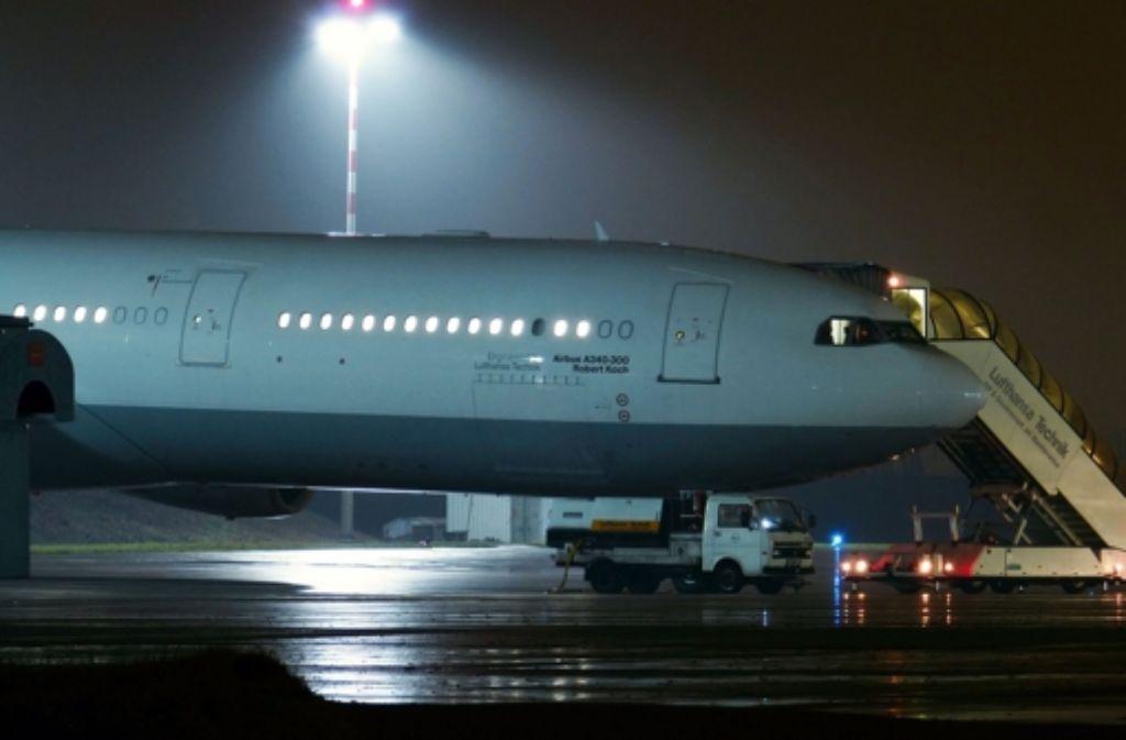 Die Lufthansa baut einen ihrer Langstreckenjets zu einer fliegenden Ebola-Station um.  Foto: dpa