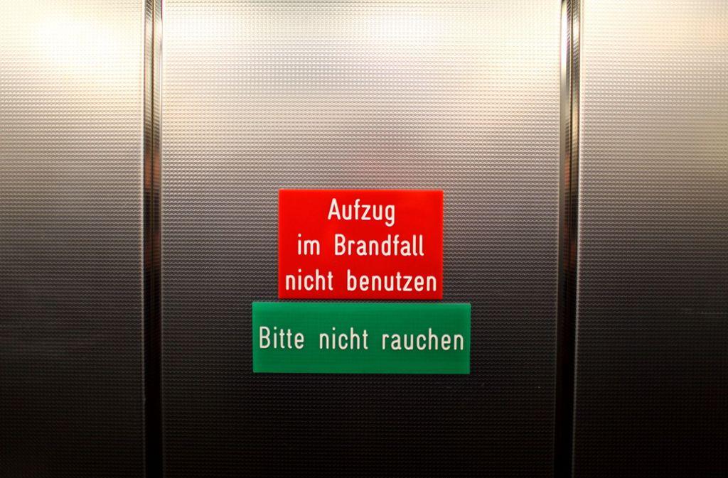 In einem Aufzug soll der mutmaßliche Täter die junge Frau angesprochen haben (Symbolfoto). Foto: dpa/Daniel Karmann