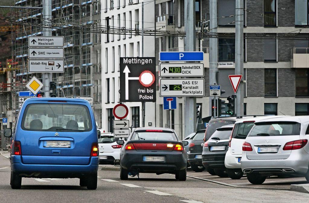 Viele Autofahrer haben die Hinweisschilder am Bahnhof ignoriert. Foto: Horst Rudel