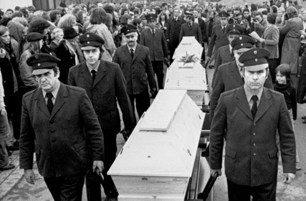 Eduard Kreer (vorne rechts) trägt Sarg eins. Welche Leiche darin liegt, wurde ihm nicht mitgeteilt.Foto:dpa Foto: