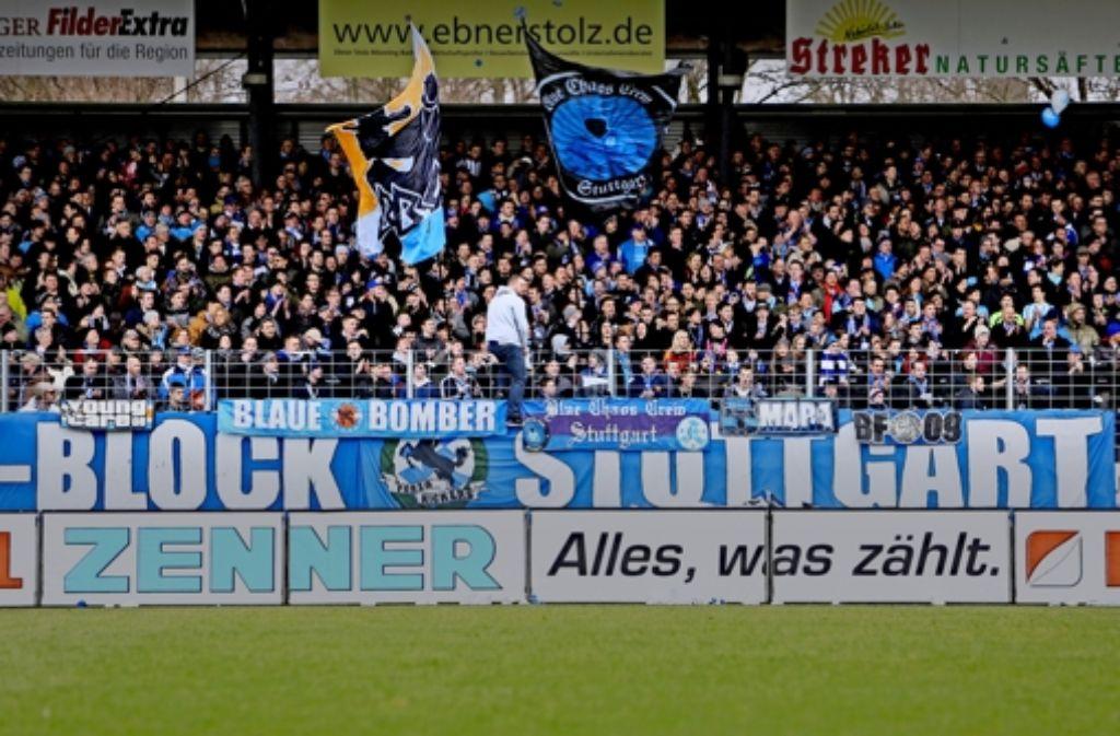 """Auch am Samstag gegen den VfB II werden die Ränge im Gazi-Stadion gut gefüllt sein. """"Das wichtigste ist immer der Sport"""", sagt der Kickers-Manager Michael Zeyer. Foto: Baumann"""