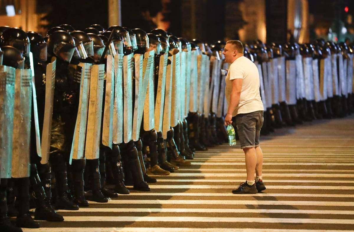 In Belarus treffen seit Tagen Demonstranten und die Polizei aufeinander. Foto: AP/Sergei Grits