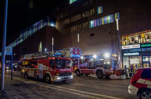 Autos brennen im Parkhaus des Einkaufszentrums