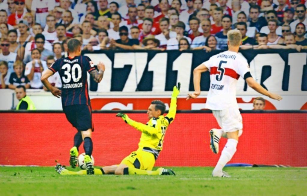 Der VfB-Torwart Przemyslaw Tyton kommt wieder zu spät und sieht Rot. Foto: Baumann