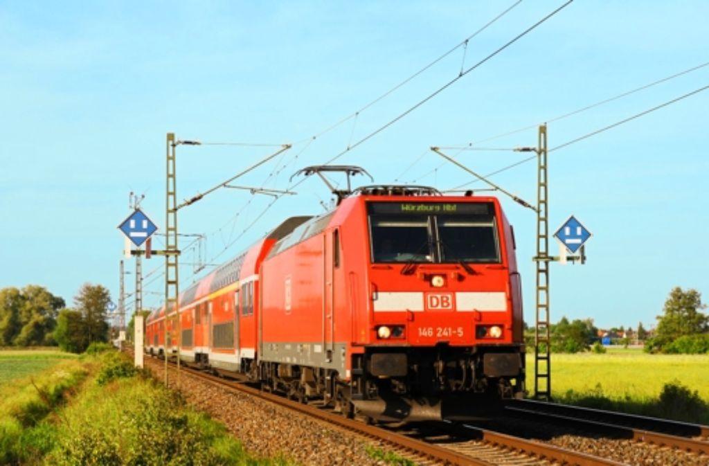 Auf einem Tritt über dem Puffer einer Lok dieses Typs klammerte sich der Mann, der seinen Koffer nicht allein im Zug lassen wollte, an einer Haltestange fest. Foto: Deutsche Bahn