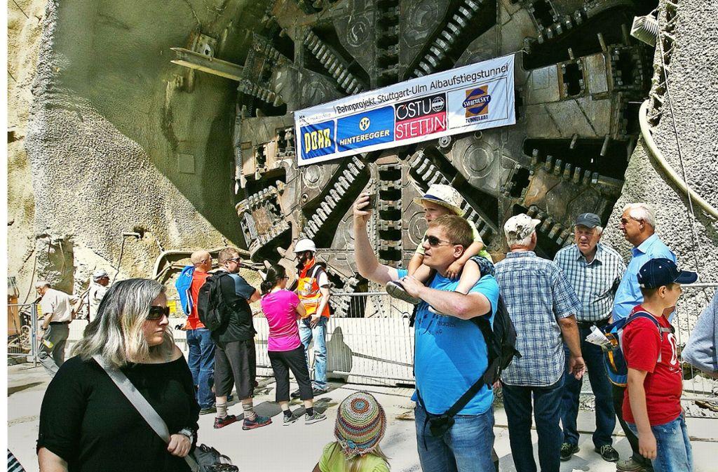 Bürger betrachten die Tunnelbohrmaschine Käthchen und posieren für Selfies. Foto: