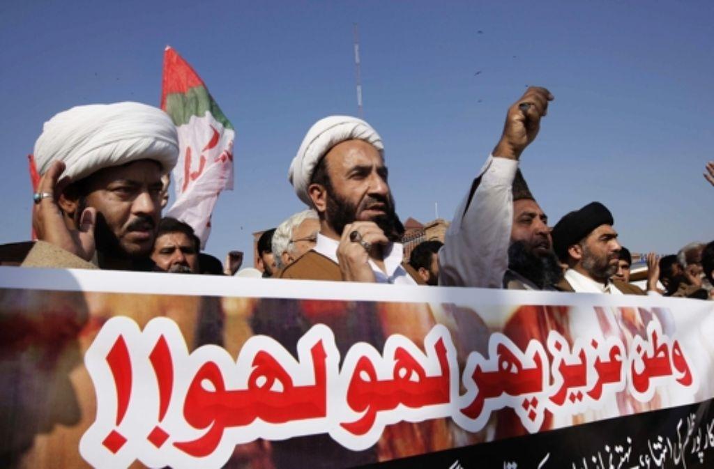 Pakistaner protestieren gegen einen Terroranschlag mit 60 Toten. Foto: EPA