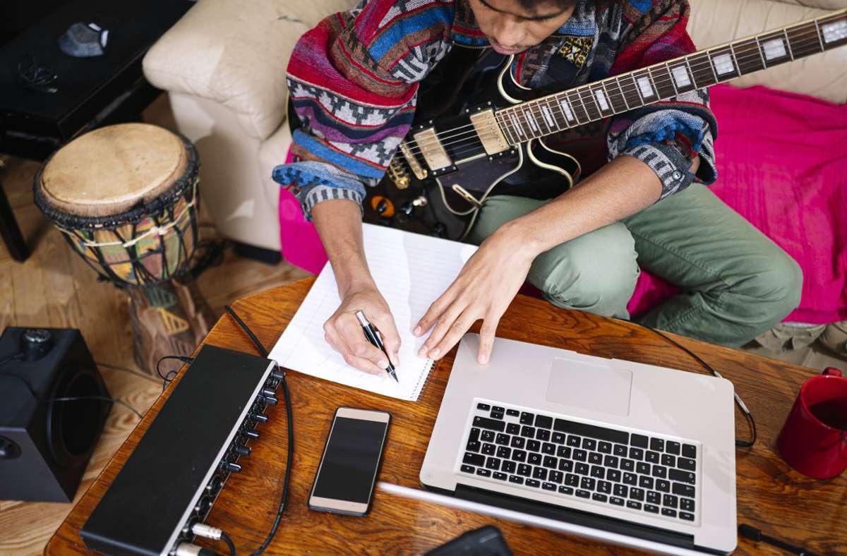 Wer darf Musikstücke in welchem Umfang online verbreiten? Der Gesetzentwurf versucht, darauf eine Antwort zu geben (Symbolbild). Foto: Imago/Westend61
