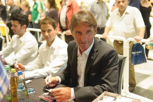 VfB-Profis geben Autogramme