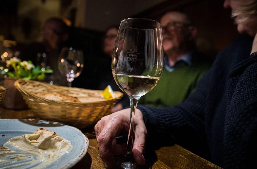 In Kirchheim gibt es bald eine neue Möglichkeit sich auf ein Glas Wein zu treffen. Foto: dpa