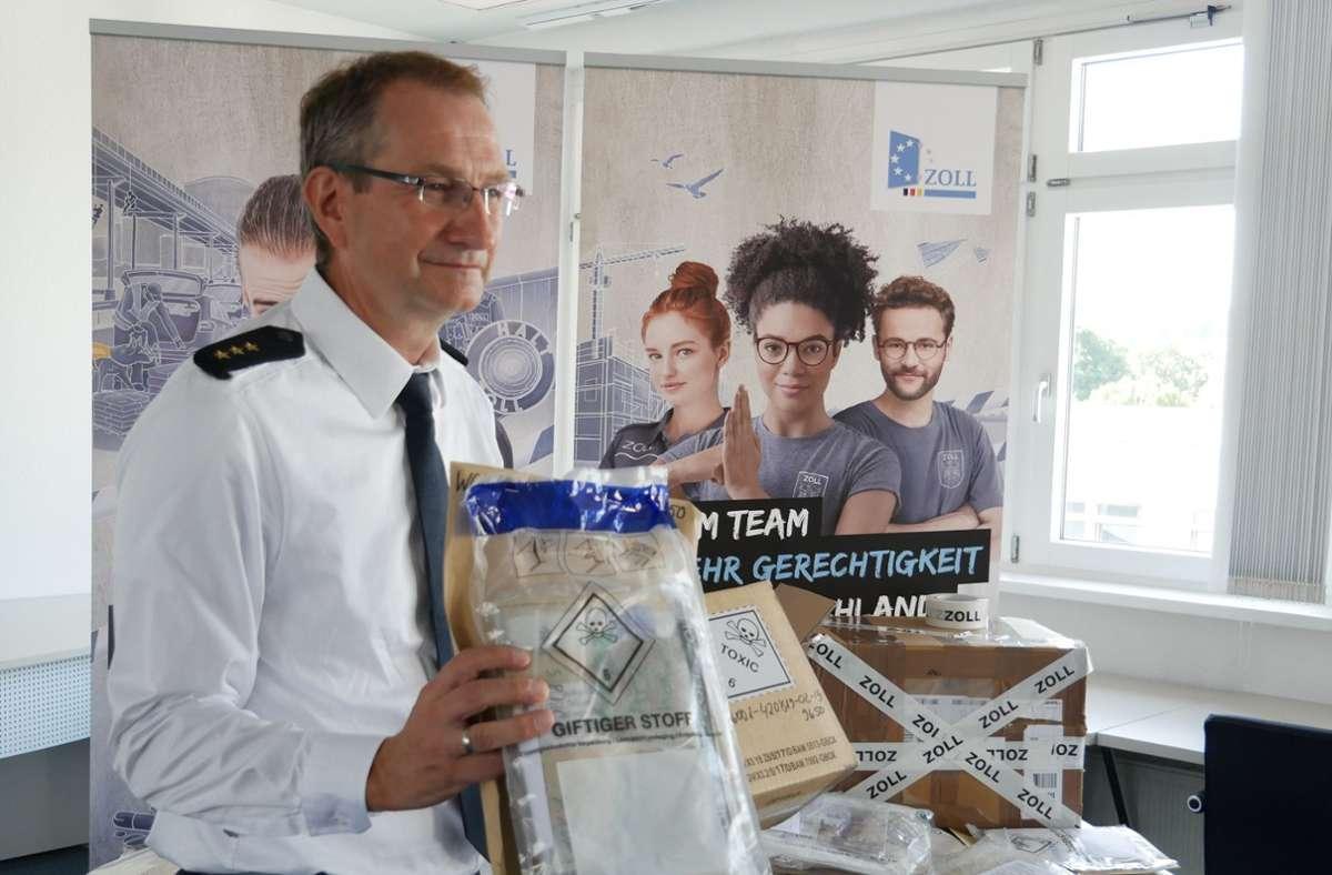 Zoll-Chef Rainer Bühler zeigt Päckchen mit den beschlagnahmten Drogen. Foto: Hauptzollamt Ulm