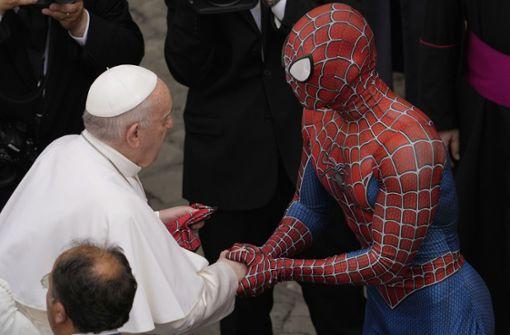 Der Papst reicht Spiderman die Hand